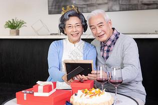 老年夫妻过生日图片
