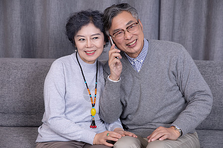 打电话的老年夫妻图片