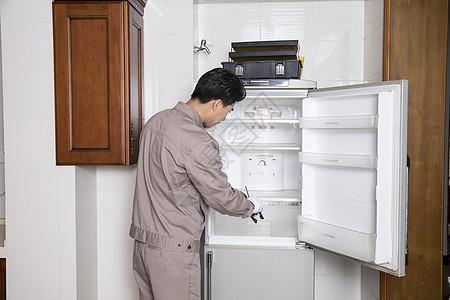 工人上门维修冰箱图片