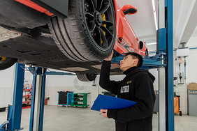 汽车修理人员图片