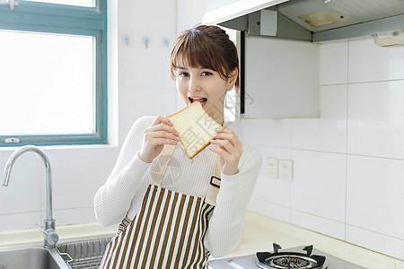 家庭主妇吃面包图片