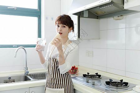 厨房里吃早餐的家庭主妇图片