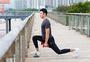 男性户外拉伸锻炼图片
