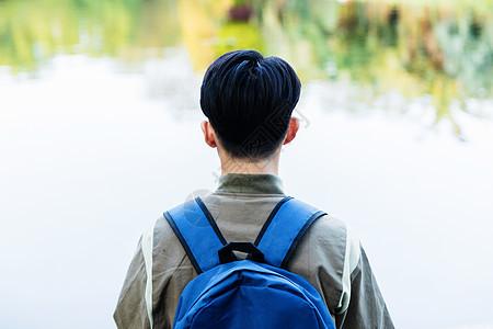 远足男性背影图片