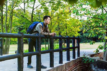 远足男性在河边休息图片