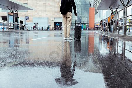 男性雨天出行图片