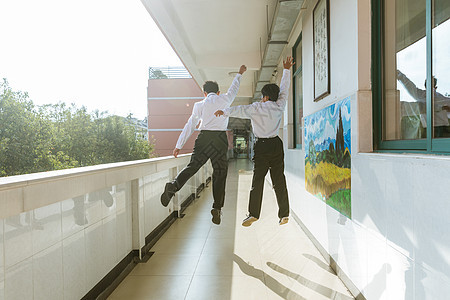 教室走廊跳跃的学生图片