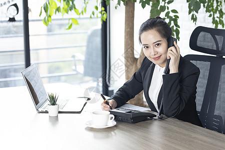 商务女性接电话客服图片