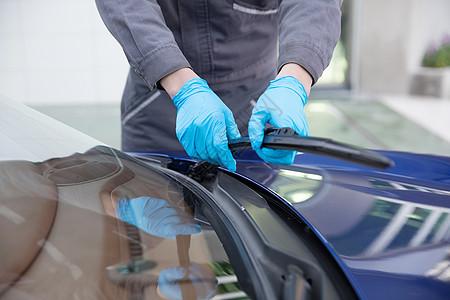洗车工人清洁汽车雨刷图片