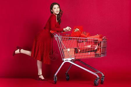 女生推着购物车图片