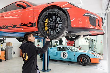 修理工人检查汽车轮胎图片