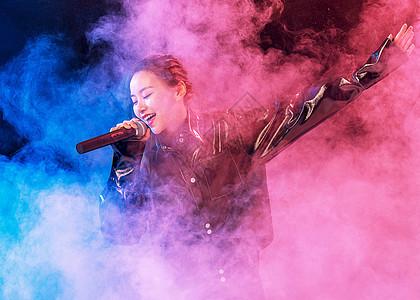 夜场唱歌的美女图片