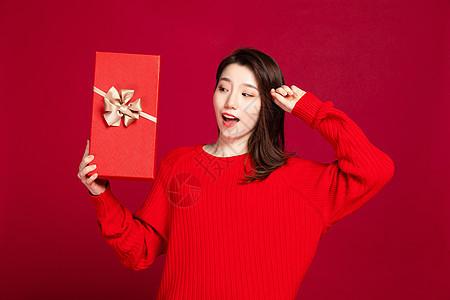 穿红衣服女生送礼图片