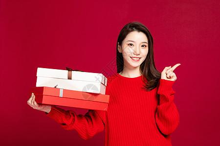 女性手拿礼品盒形象图片