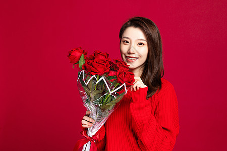 618收到玫瑰花束的美女图片