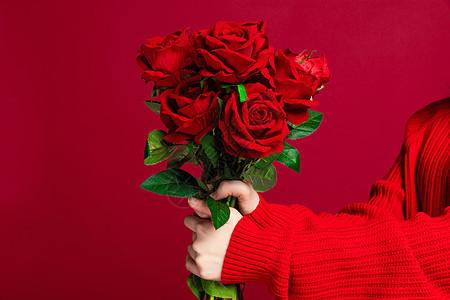 女生手捧玫瑰花特写图片