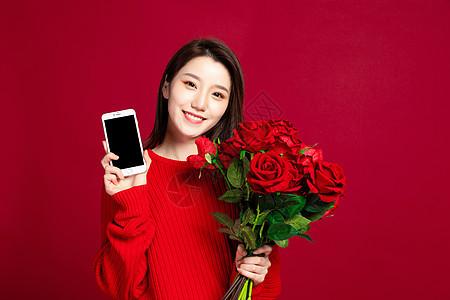 美女拿着花束和手机图片