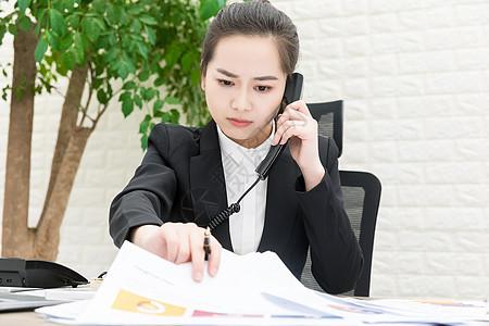 女性职员工作忙碌图片
