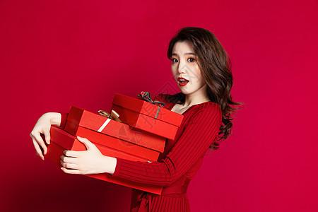 女性手拿红色礼品盒图片