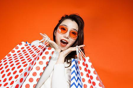 都市魅力女性拎着购物袋图片