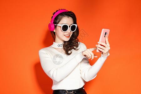 穿着时髦的女性拿着手机图片