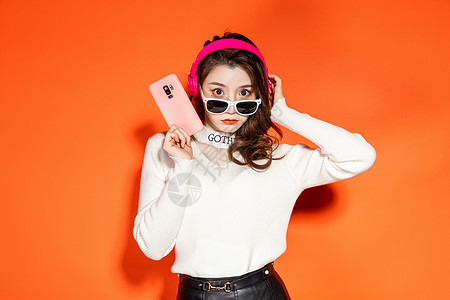 时尚女性拿手机图片