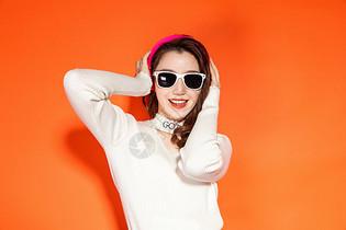 戴眼镜时尚女性图片