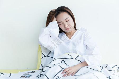 居家青年女性头疼图片