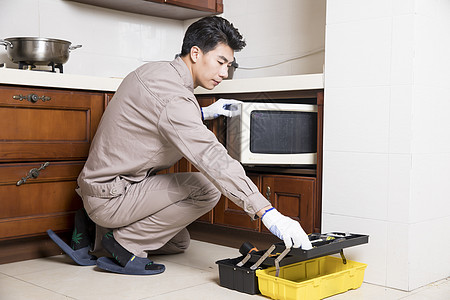 工人上门维修微波炉图片