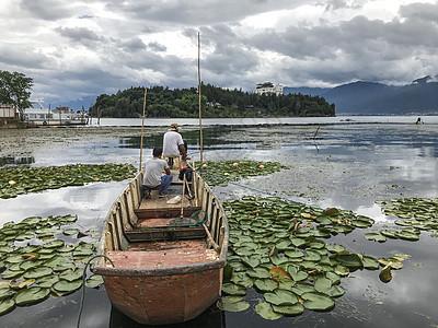 大理喜洲古镇洱海木船图片