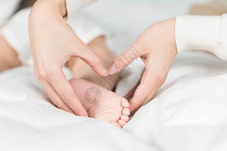 妈妈托着宝宝的小脚丫图片