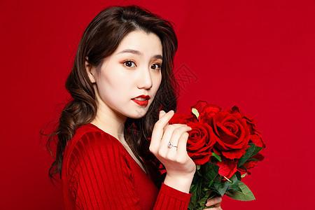 女生手拿玫瑰花比心图片