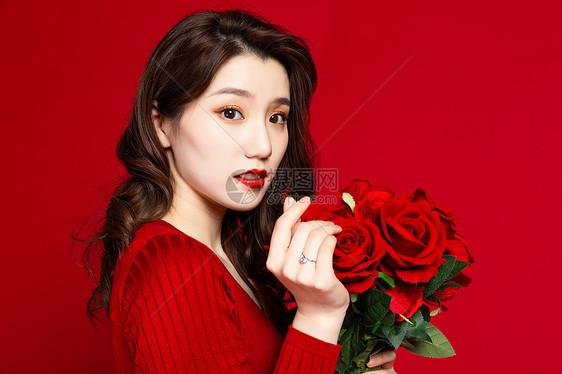 女生手拿玫瑰花比心女生姓的名林图片