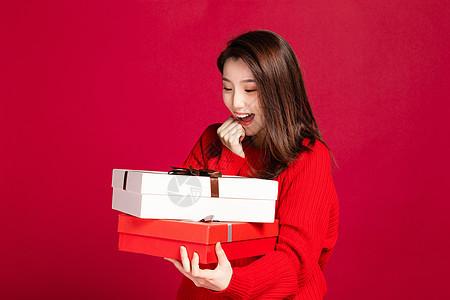 女生手拿礼盒形象图片