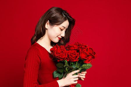 手捧玫瑰花的女生图片