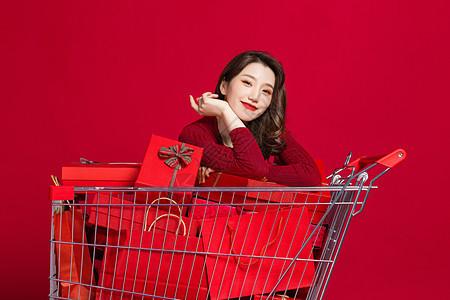 微笑购物的女生图片