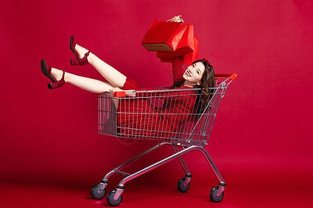 618坐在购物车里的购物女性图片
