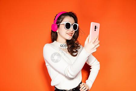 时尚潮流女性拿手机图片