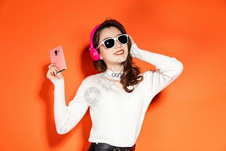 时尚潮流拿手机开心的笑图片