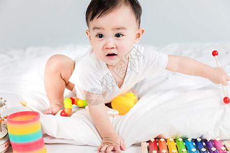 可爱婴儿玩玩具图片