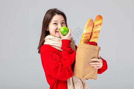 活力美女抱零食图片
