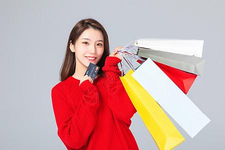 购物女生拿着信用卡图片