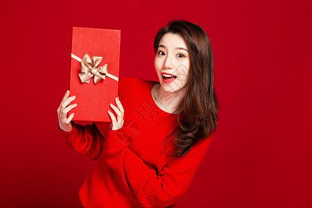 时尚美女手拿红色礼盒图片