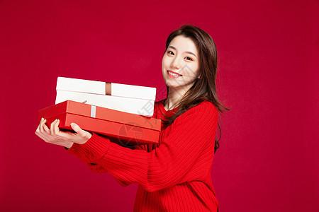 女生手捧购物礼盒图片