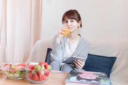 居家女性喝果汁图片