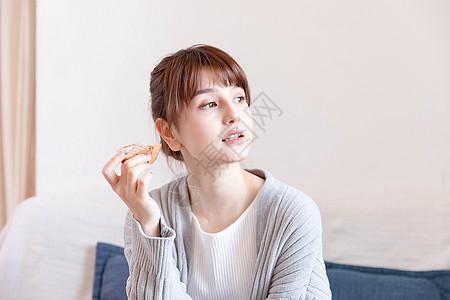 吃面包的女性图片