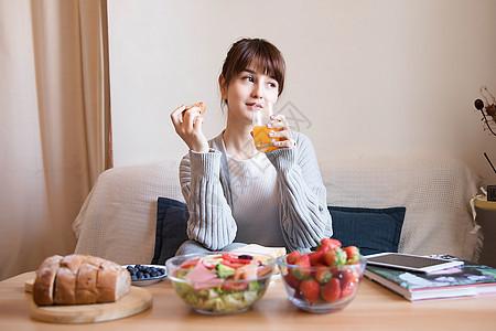 居家女性吃早餐图片