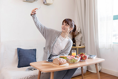 居家女性吃早餐自拍图片