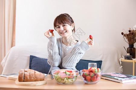 居家女性吃水果图片