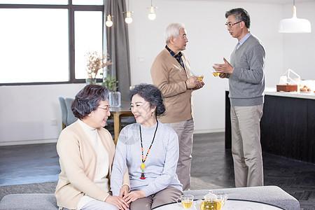 快乐的老年人喝茶聊天图片